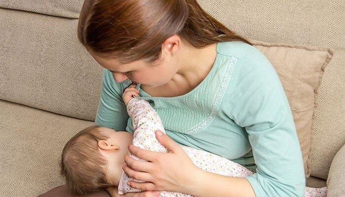 کاهش تب کودک با شیر مادر