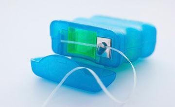 نخ دندان چیست؟ بررسی انواع، فواید و نحوه استفاده از نخ دندان